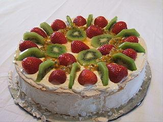 Pavlova dessert with kiwi slices