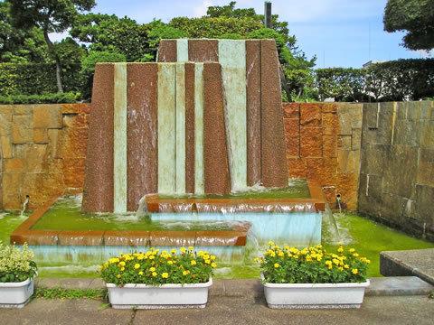 小菅水再生センターの上にある小菅西公園の壁泉