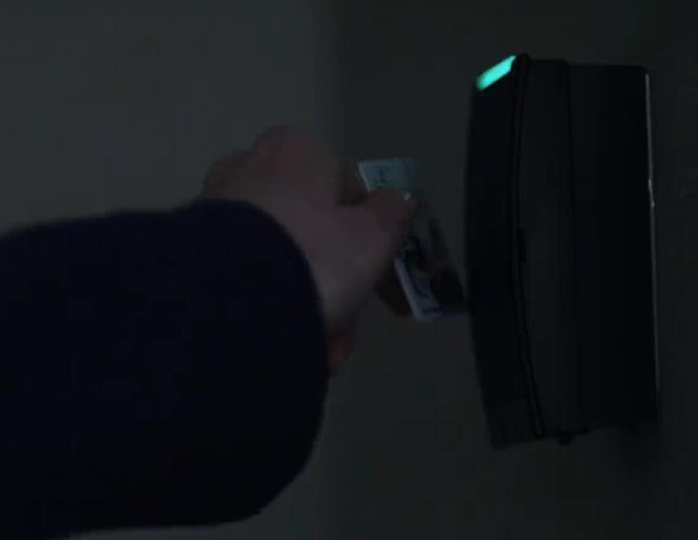 Angela usa um cartão de acesso para funcionários para entrar nos escritórios da AllSafe Cybersecurity ,: robot: screenshot 📷